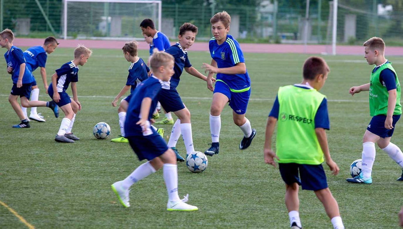 Zajęcia dla dzieci i młodzieży na boisku Stadionu Śląskiego (fot. PAP/Andrzej Grygiel)