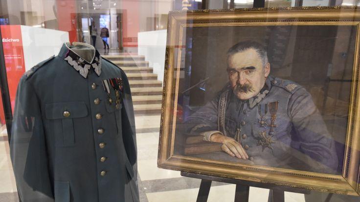 Mundur, w którym w 1935 roku został pochowany Józef Piłsudski, fot. PAP/Jacek Bednarczyk