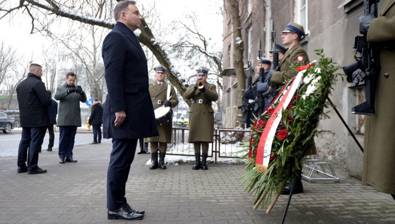Prezydent Andrzej Duda składa wieniec przed tablicą upamiętniającą Irenę Sendlerową, (fot. Marcin Obara)