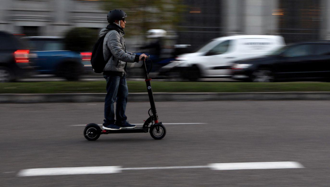 Elektryczne hulajnogi wjechały na drogi i chodniki na całym swiecie (na zdjęciu - Madryt), ale najwięcej kontrowersji wywołują w Niemczech. Fot. REUTERS/Susana Vera