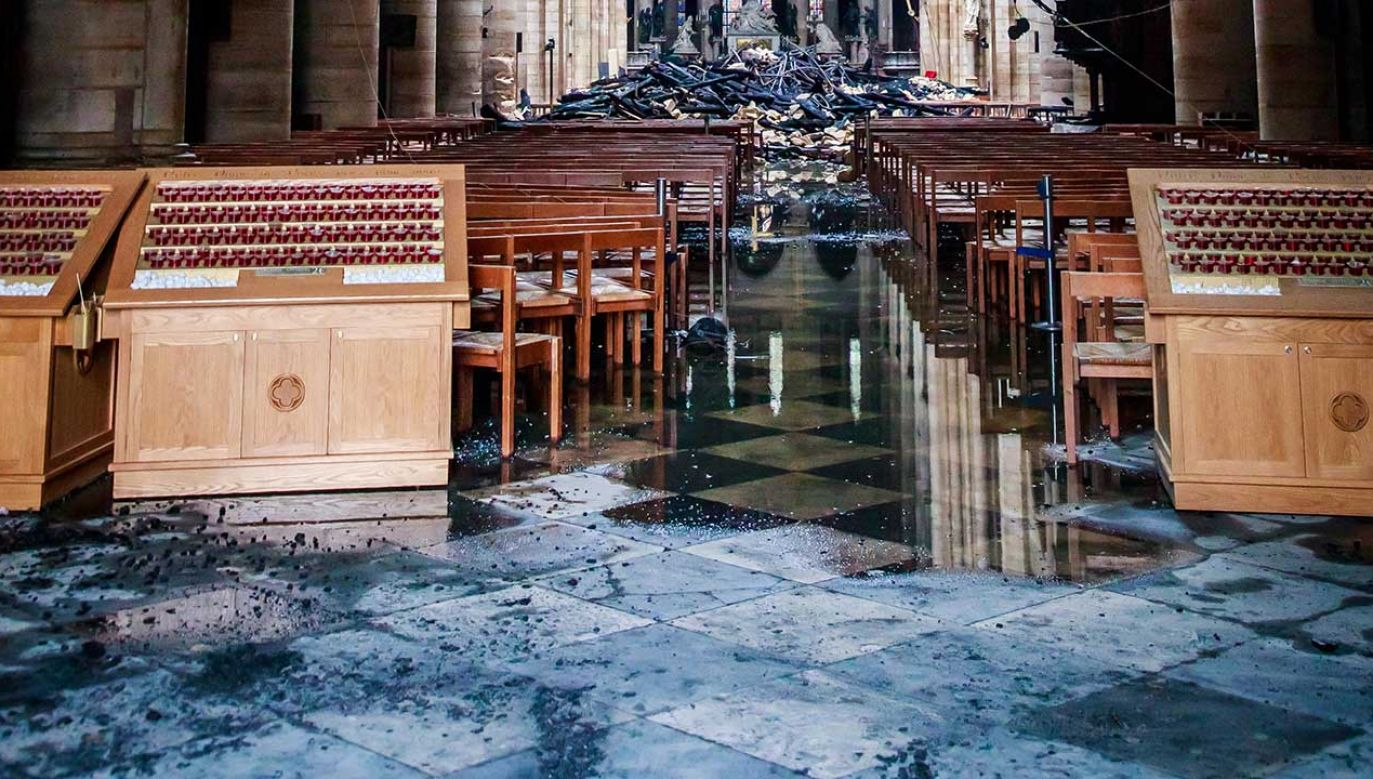 Odbudowa katedry może potrwać dziesięciolecia (fot. PAP/EPA/CHRISTOPHE PETIT TESSON)