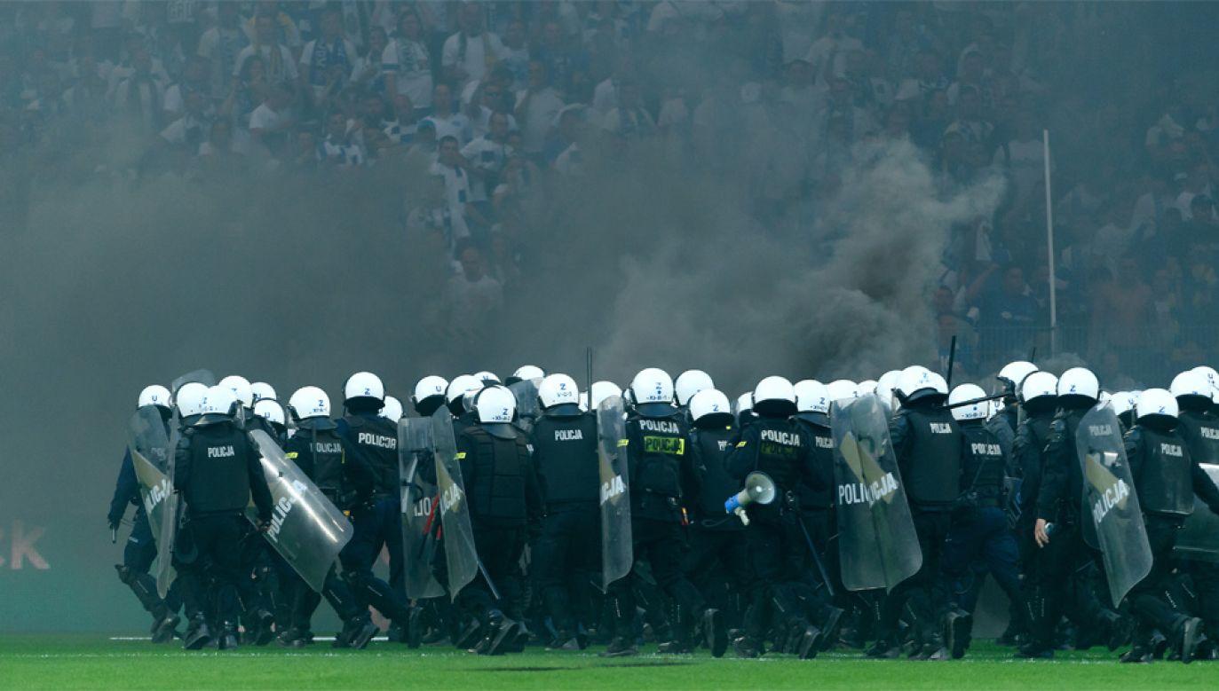 Policja musiała interweniować w trakcie meczu Lech - Legia (fot. PAP/Jakub Kaczmarczyk)