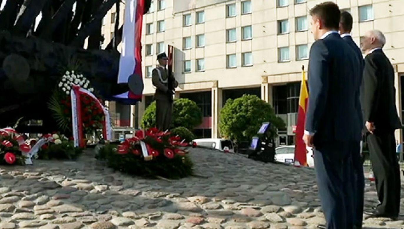 Premier złożył wieniec pod Pomnikiem Poległym i Pomordowanym na Wschodzie (fot. TVP Info)