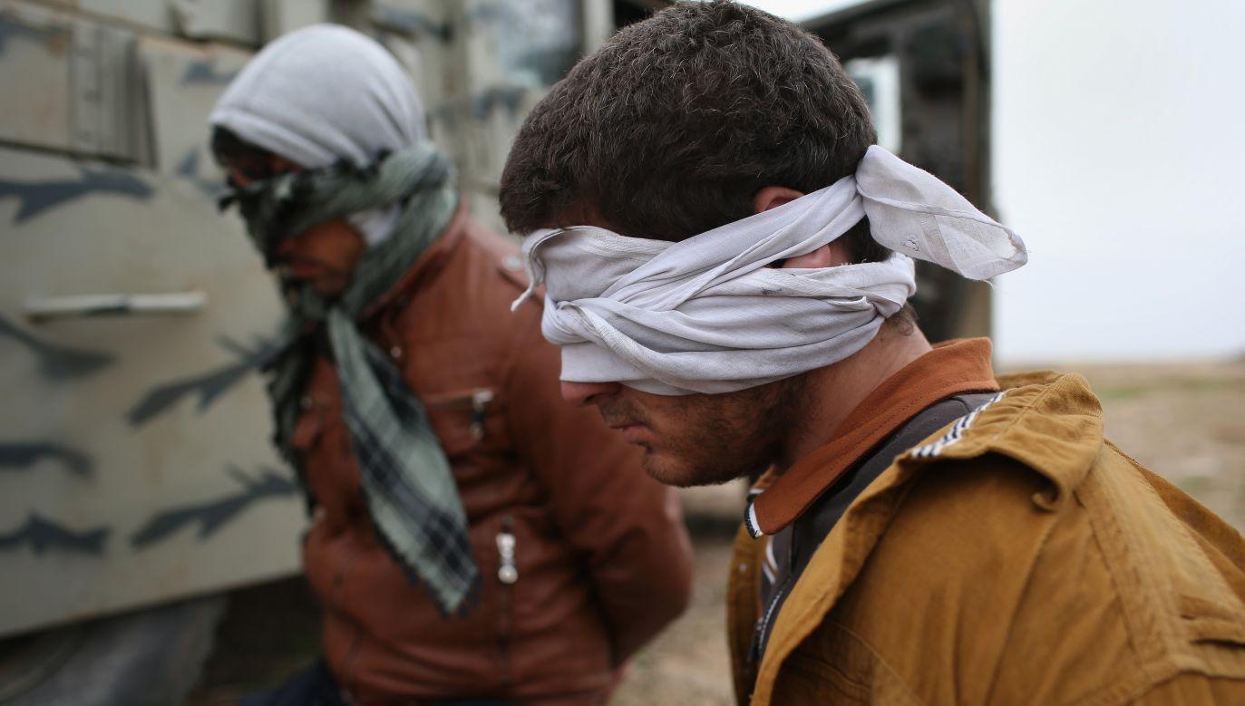 Zdjęcie ilustracyjne. Podejrzani ISIL zostali zatrzymani przez siły kurdyjskie po tym jak 16 listopada 2015 r. uciekli do kontrolowanego przez Kurdów obszaru do Sindżar w Iraku (fot. Photo by John Moore/Getty Images)