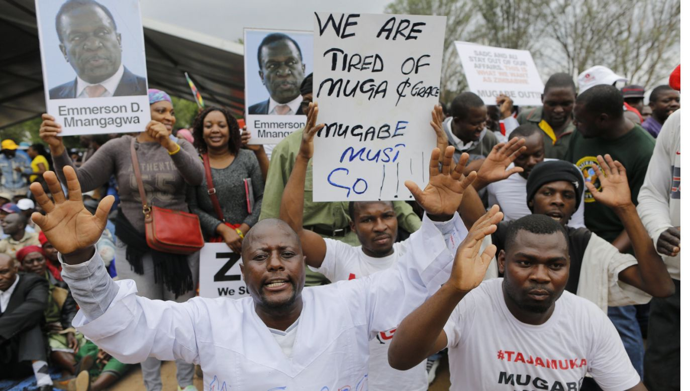 Protestujący na uliach miasta Harare (fot. PAP/EPA/KIM LUDBROOK)