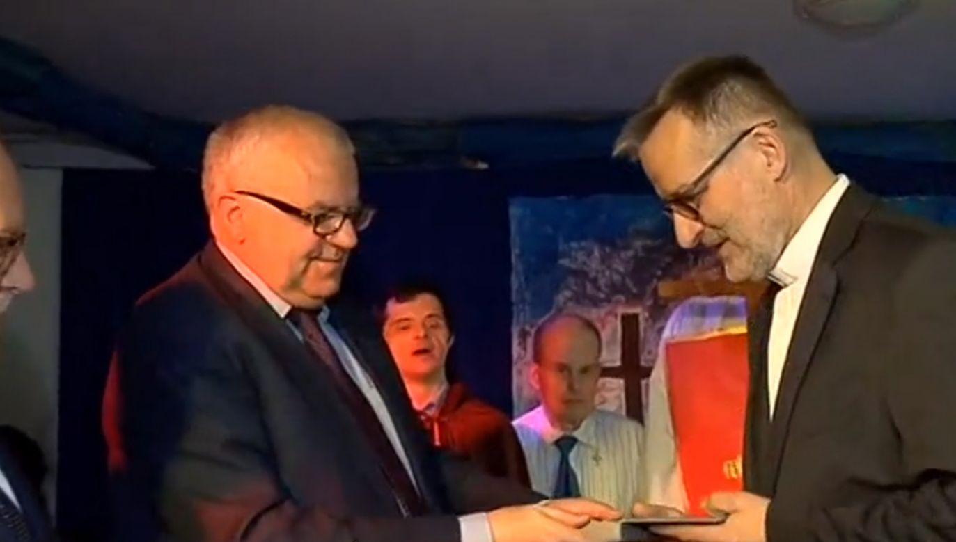 Uroczystość wręczenia odznaczenia ks. Jurczukowi odbyła się w DPS w Brwinowie (fot. TVP3 Warszawa)