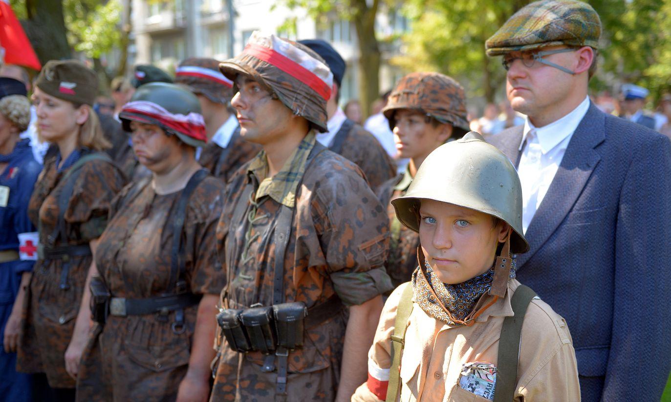 Uczestnicy marszu w strojach powstańczych (fot. PAP/Stach Leszczyński)