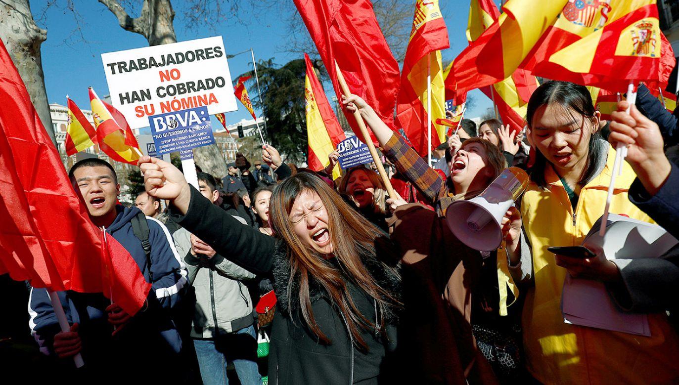 Kilkuset obywateli Chin mieszkających w Hiszpanii demonstrowało w Madrycie przed oddziałem banku (fot. REUTERS/Juan Medina)