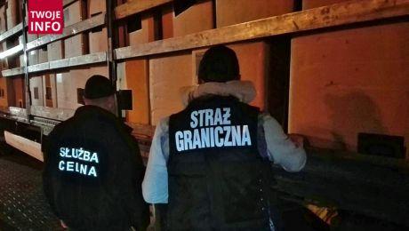 Funkcjonariusze przejęli zawartość naczepy (fot. Twoje Info/Nadodrzański Oddział Straży Granicznej)