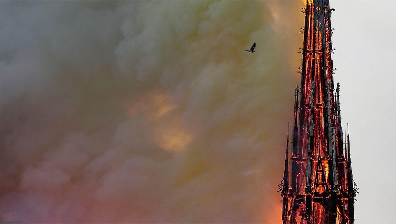 Relikwiarz znajdował się w iglicy, która całkowicie spłonęła (fot. PAP/EPA/IAN LANGSDON)