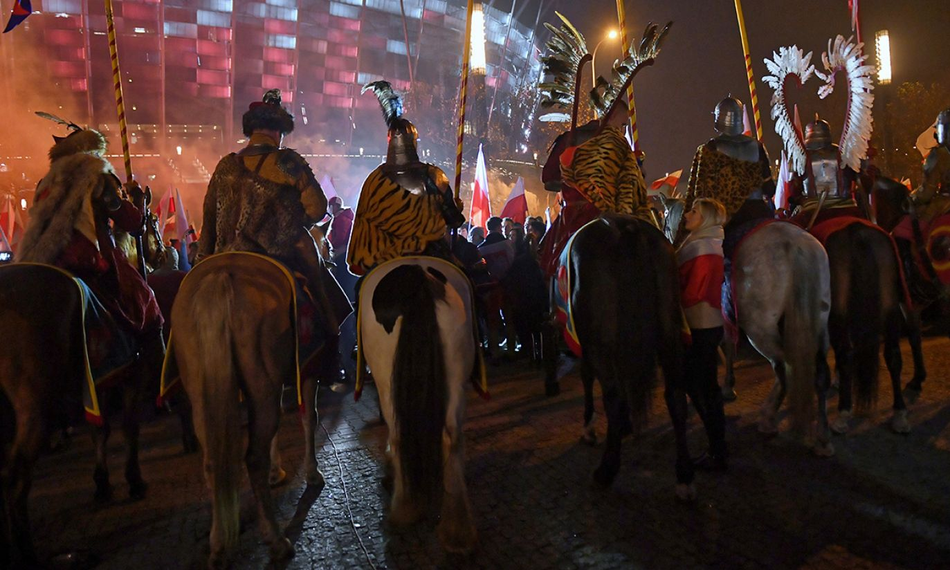 Uczestnicy marszu, zorganizowanego przez Stowarzyszenie Marsz Niepodległości (fot. PAP/Radek Pietruszka)
