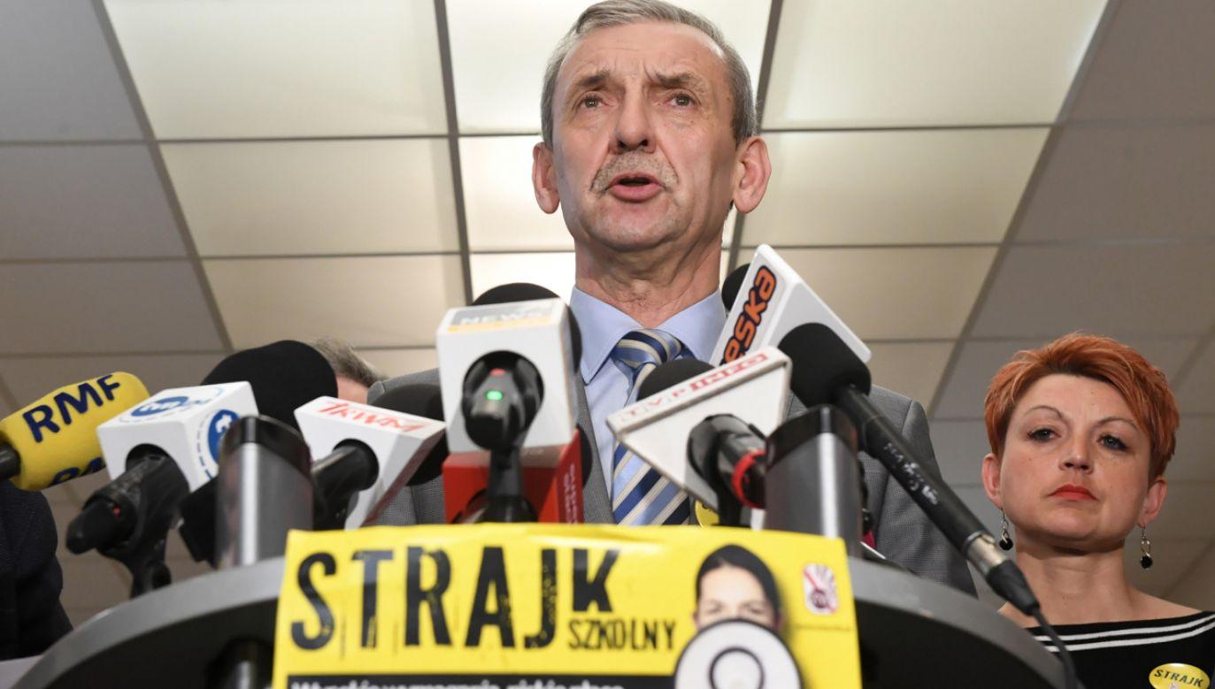 Prezes ZNP Sławomir Broniarz podczas konferencji prasowej (fot. PAP/Radek Pietruszka)