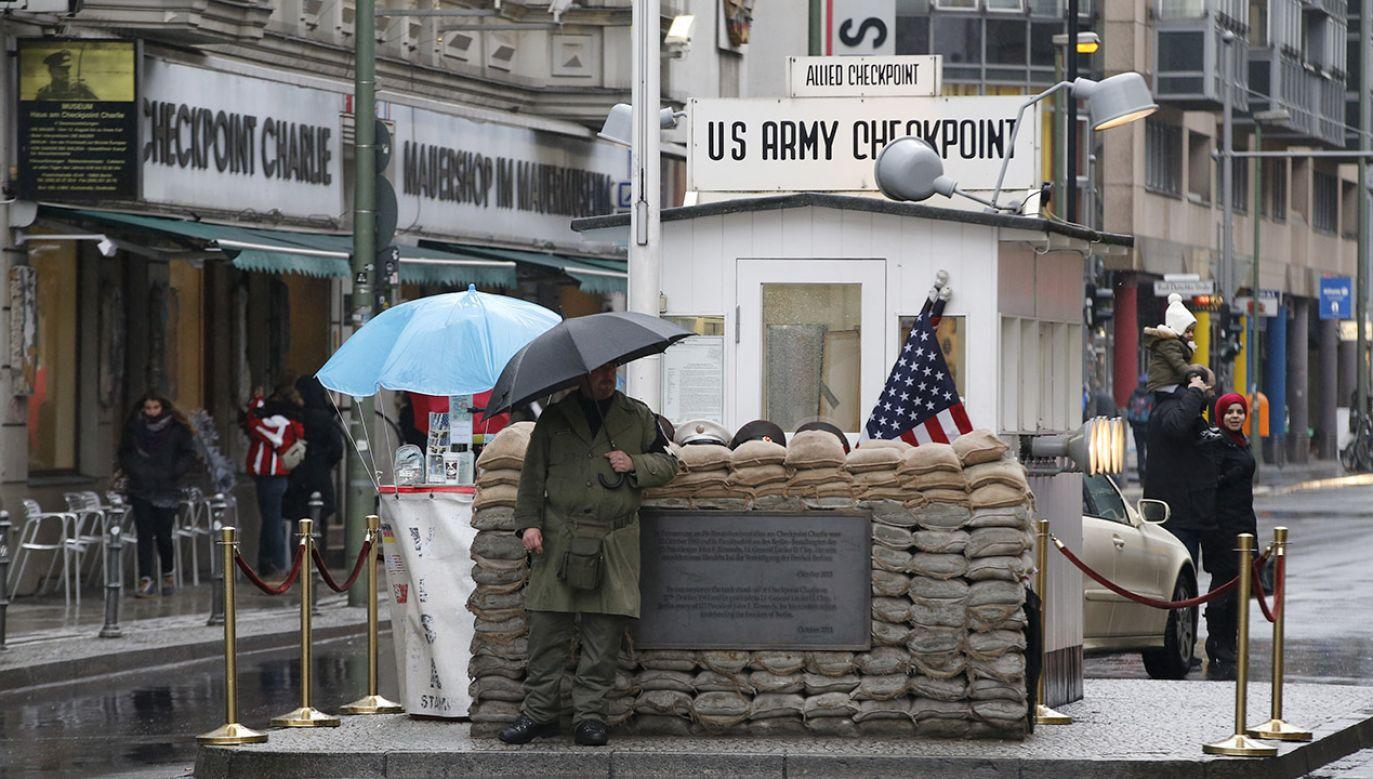 Checkpoint Charlie (fot. REUTERS/Fabrizio Bensch)