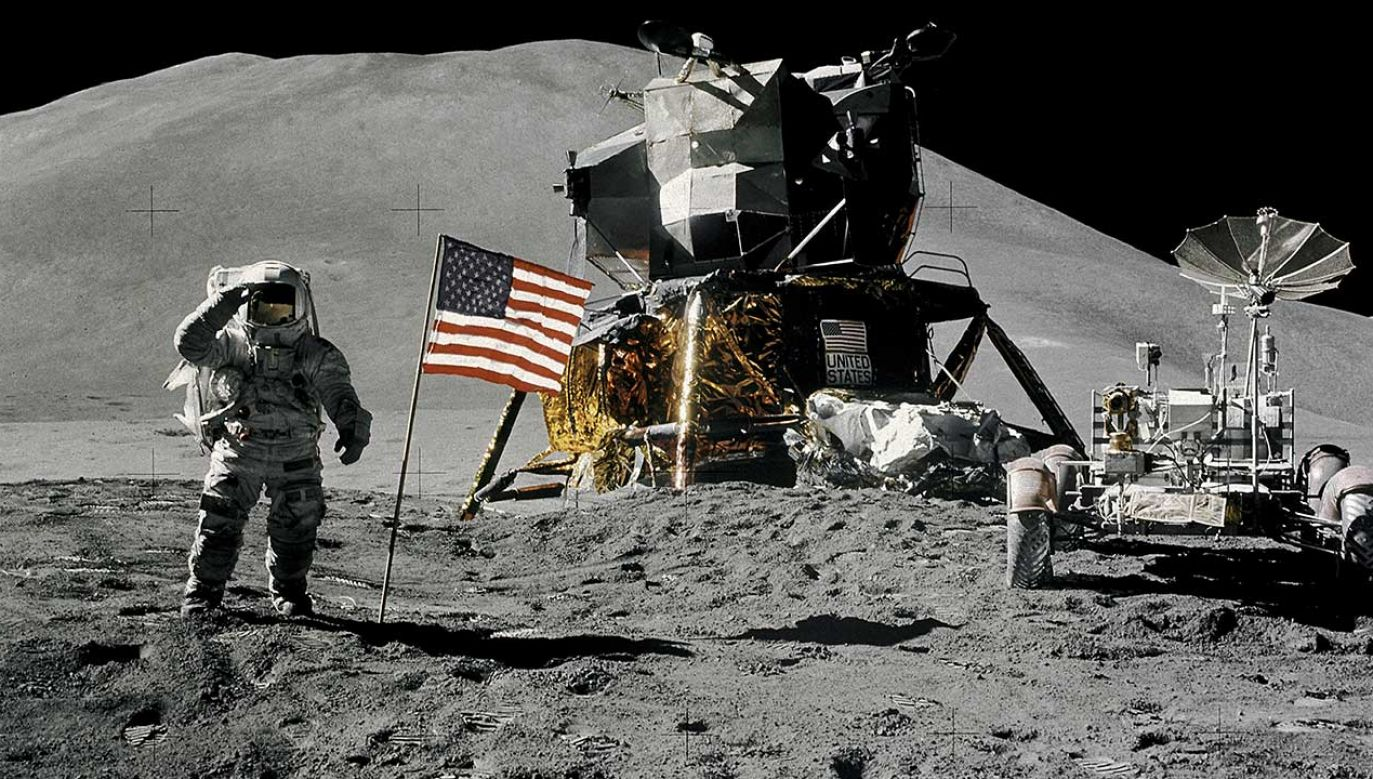 Astronauta James Irwin, pilot modułu księżycowego, podczas lądowania Apollo 15 na powierzchni Księżyca, 1 sierpnia 1971 r. (fot. REUTERS/NASA/David Scott/Handout)