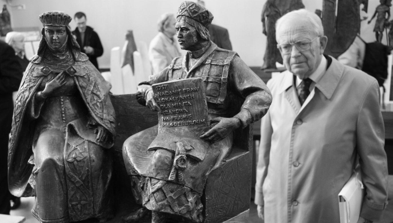 Prof. Jerzy Wyrozumski ogląda prace nadesłane na konkurs na pomnik Bolesława V Wstydliwego w Krakowie, 16 października 2006 r. (fot. arch. PAP/Jacek Bednarczyk)