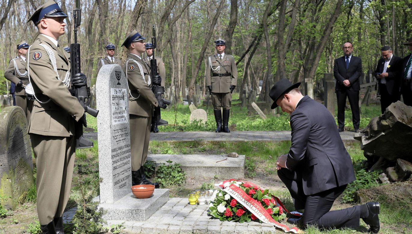 Prezydent Andrzej Duda podczas uroczystości przed Pomnikiem Bohaterów Getta w Warszawie (fot.  PAP/Paweł Supernak)