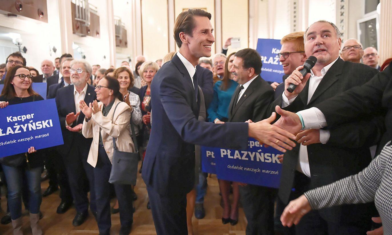 Kandydat PiS na prezydenta Gdańska Kacper Płażyński (C) podczas wieczoru wyborczego KW Prawo i Sprawiedliwość (fot. PAP/Marcin Gadomski)