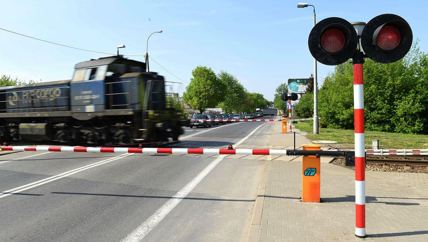 Mężczyzna wpadł próbując przejechać przez zamykający się przejazd kolejowy (fot. arch.PAP/Wojciech Pacewicz)