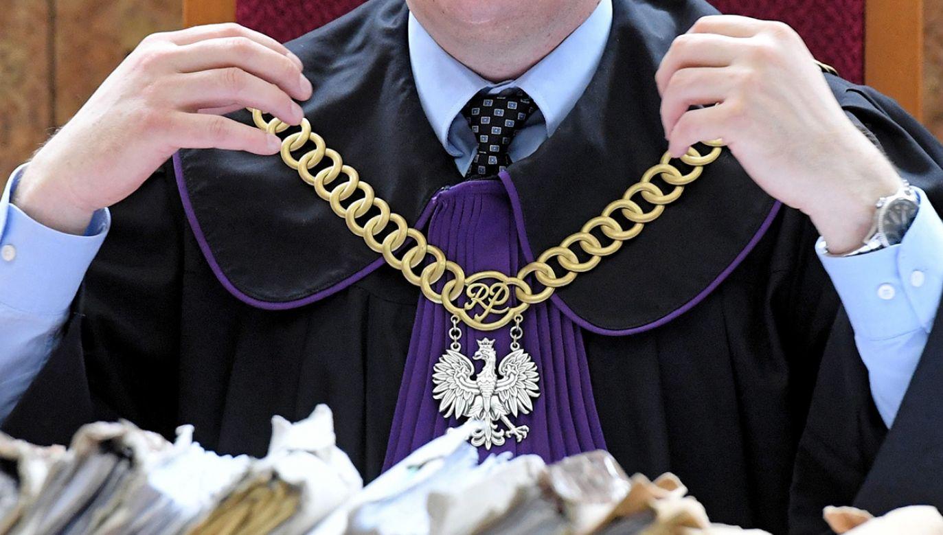 """W niektórych przypadkach sędziowie używali kolokwialnego języka, słowa uczestników nazywali """"bzdurami"""" lub mówili, że dana kwestia sądu """"nie obchodzi"""" (fot. arch. PAP/Jacek Bednarczyk)"""