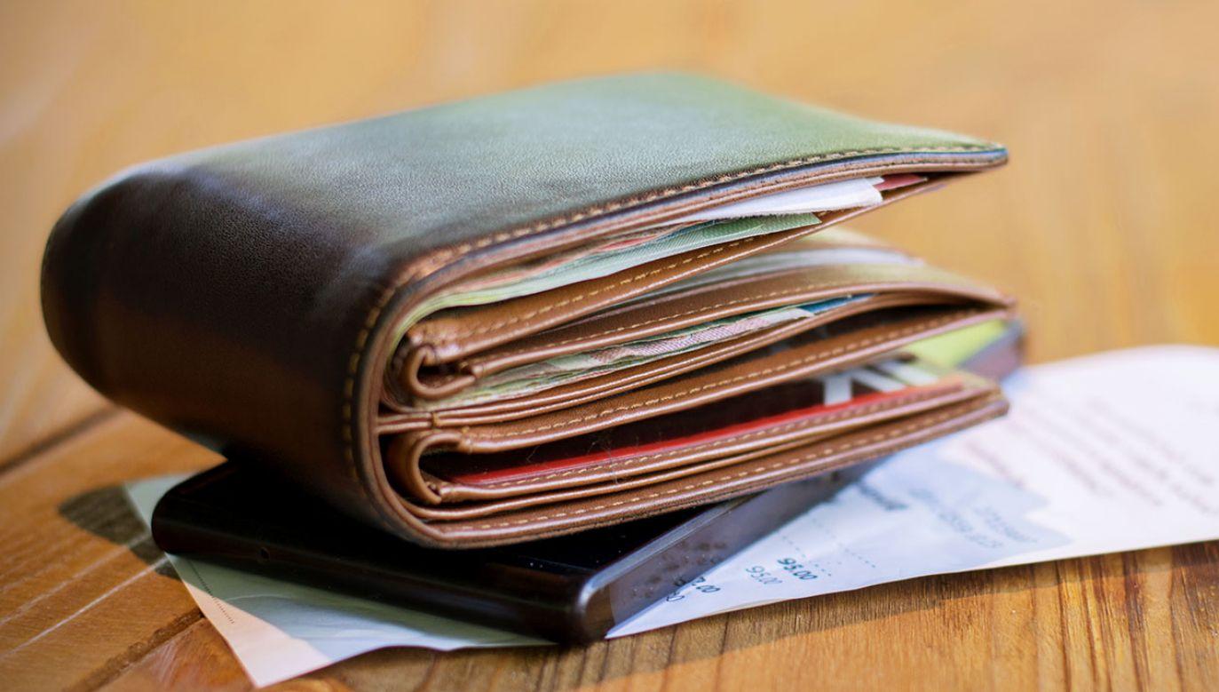 Średnia pensja wyniosła w październiku nieco ponad 4574 złotych (fot. Shutterstock/Kanowa)