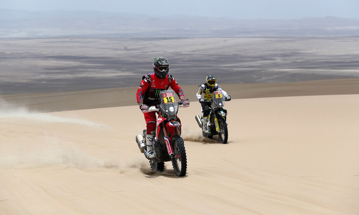 Amerykański zawodnik Ricky Brabec (L) na Hondzie obok chilijskiego jeźdźca Pablo Quintanilla (R) na Husqvarnie podczas drugiego etapu Rajdu Dakar 2019 (fot. PAP/EPA/ERNESTO ARIAS)