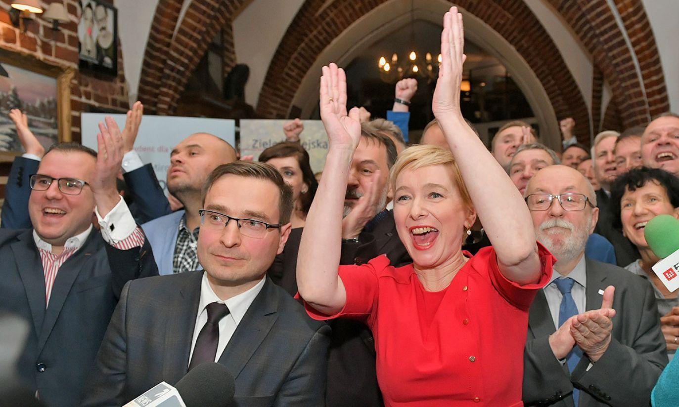 Kandydatka Zjednoczonej Prawicy na prezydenta Wrocławia Mirosława Stachowiak-Różecka (C) (fot. PAP/Jan Karwowski)