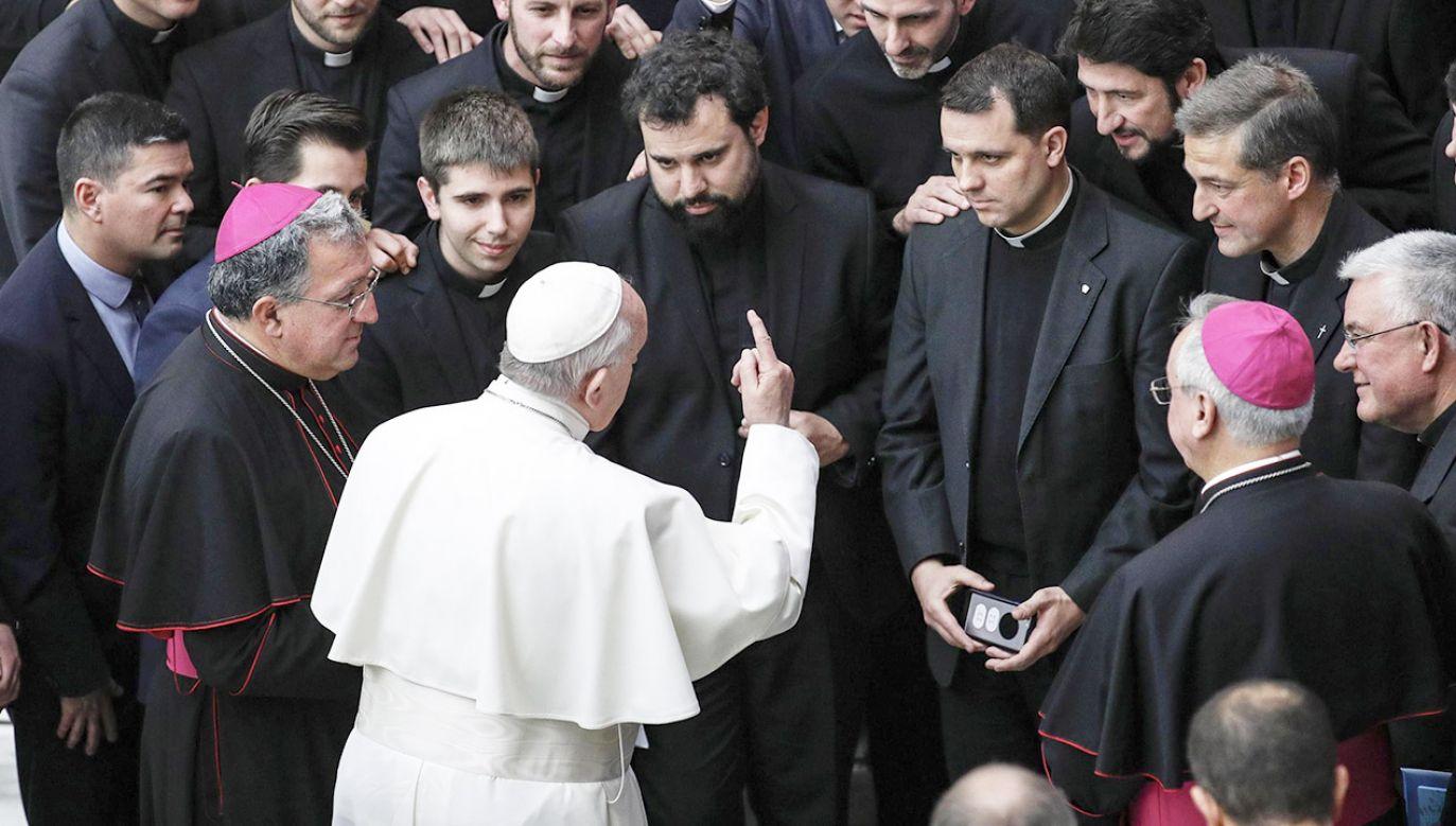 """""""Ten, kto kocha Kościół, umie przebaczać, bo wie, że sam jest grzesznikiem i potrzebuje Bożego przebaczenia"""" (fot. PAP/EPA/GIUSEPPE LAMI)"""