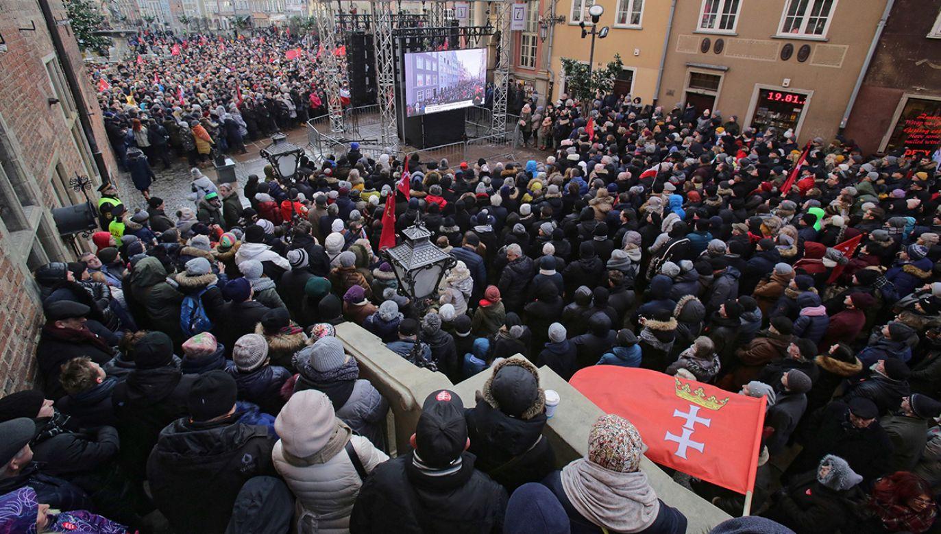 Ludzie zgromadzeni na ulicach Gdańska, oglądają transmisję pogrzebu prezydenta Pawła Adamowicza (fot. arch. PAP/Tomasz Waszczuk)