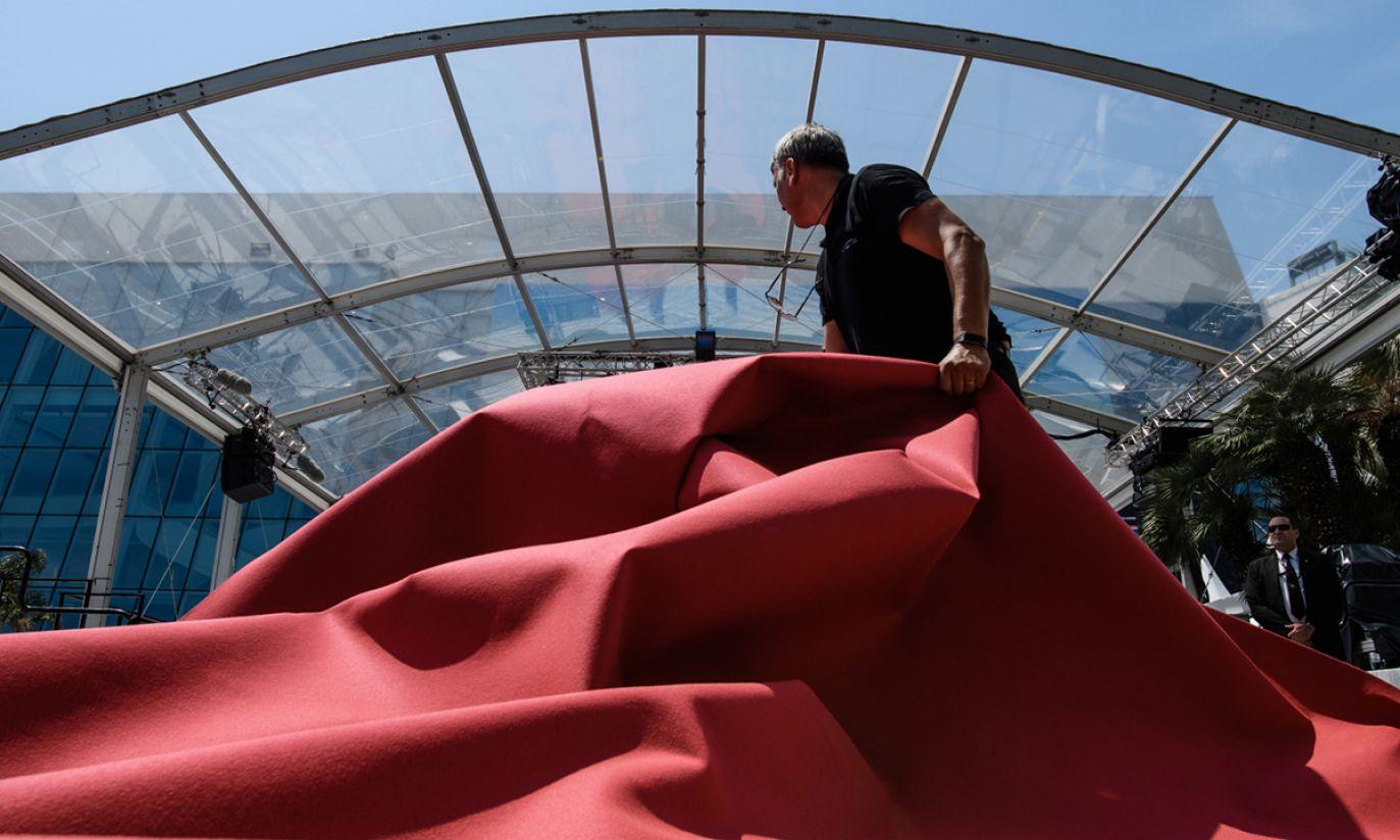 Pracownicy rozkładają czerwony dywan przed 71. Festiwalem Filmowym w Cannes (fot. PAP/EPA/CLEMENS BILAN)