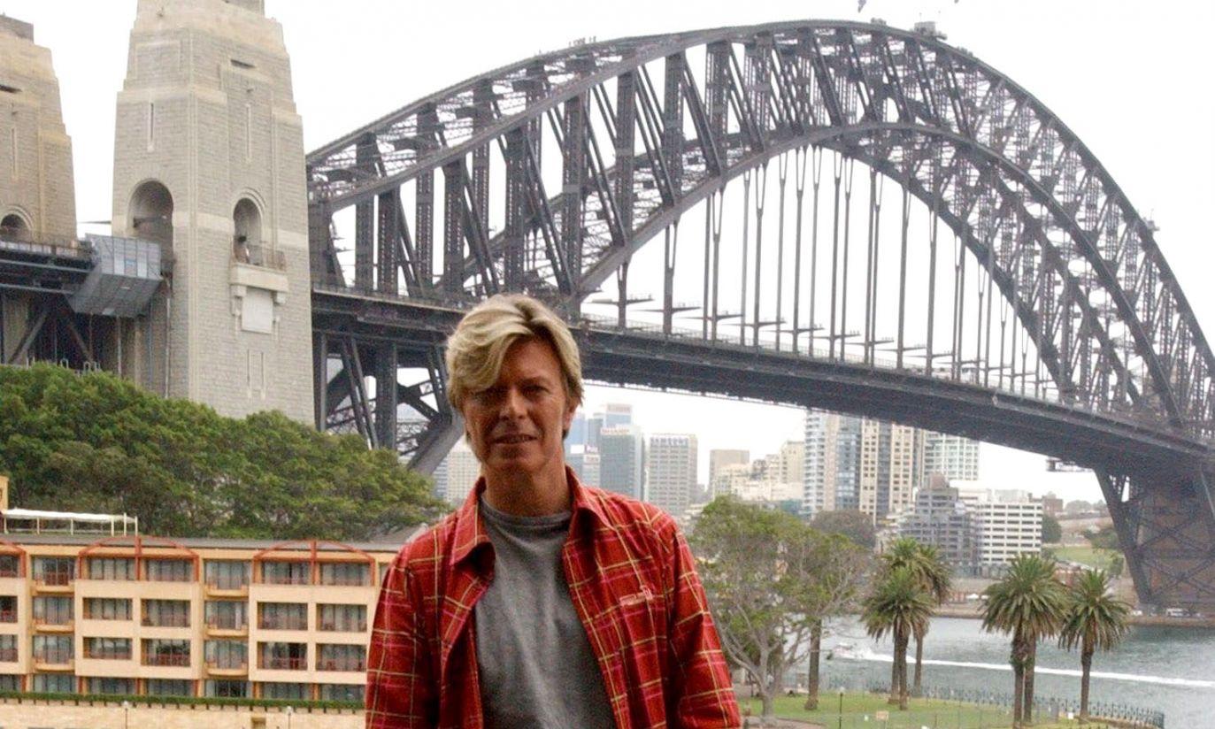 Nawet David Bowie był czasem po prostu turystą. Sydney 2004 r. (fot. arch. PAP/EPA/MICK TSIKAS)