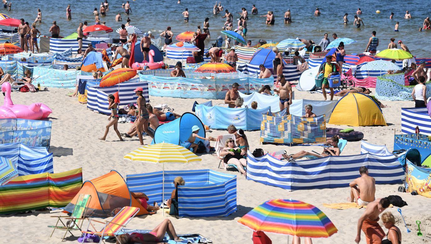 Nadmorskie plaże to jedno z niewielu miejsc w Polsce, gdzie jest nieco chłodniej (fot. PAP/Marcin Bielecki)