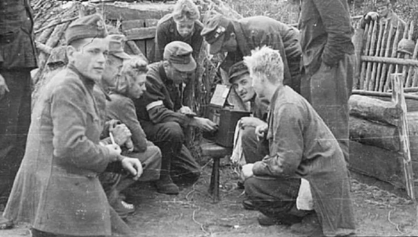 Kampinos Regiment listening to 'Błyskawica' during the Warsaw Uprising. Photo: wikipedia.org/Lech Gąskiewicz
