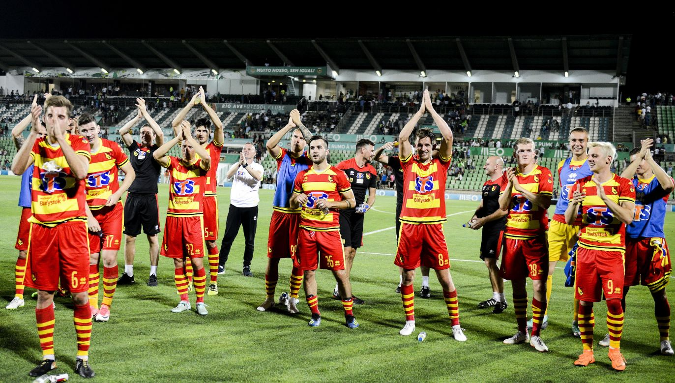 Jagiellonia's players greet supporters after winning the match against Rio Ave. Photo: PAP/EPA/FERNANDO VELUDO