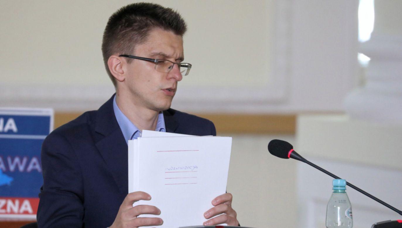 Referent urzędu m.st. Warszawy Robert Przybysławski podczas posiedzenia komisji weryfikacyjnej (fot. PAP/Tomasz Gzell)