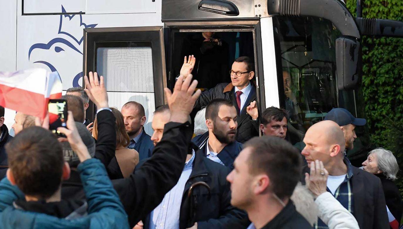 Premier Mateusz Morawiecki w PiS busie w Sieradzu (fot. PAP/Grzegorz Michałowski)