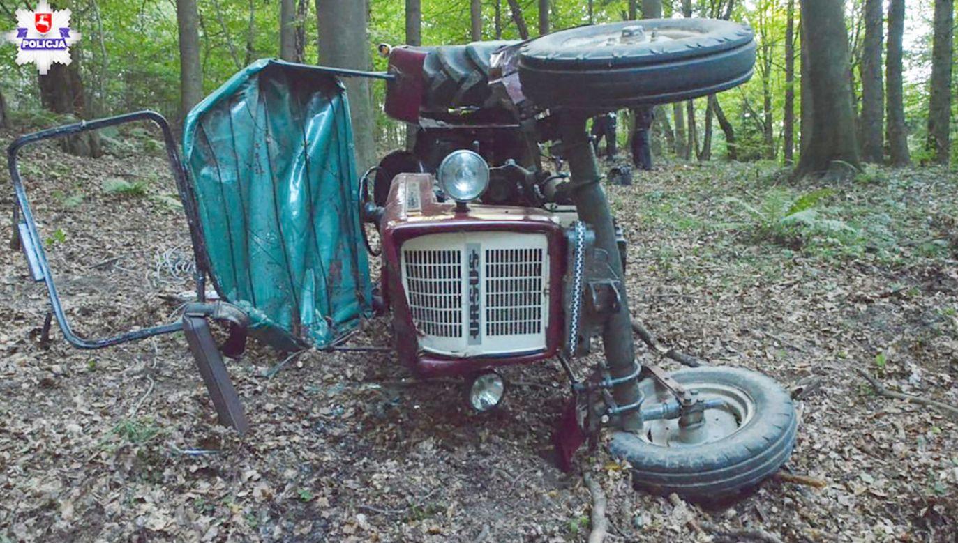 Rodzina odnalazła mężczyznę w kabinie przewróconego ciągnika rolniczego (fot. Policja Lubelska)