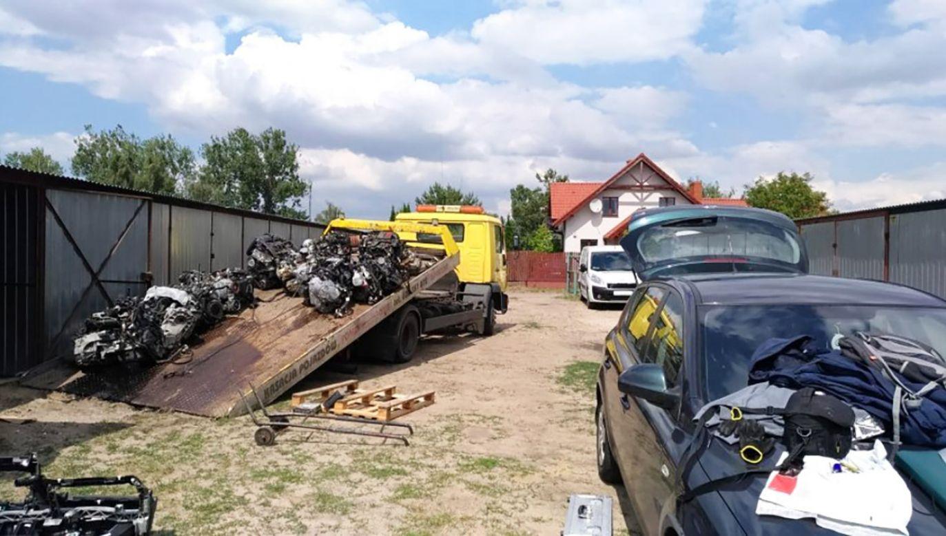Policjanci zatrzymali 14 osób w związku z kradzieżami samochodów (fot. KMP w Poznaniu)