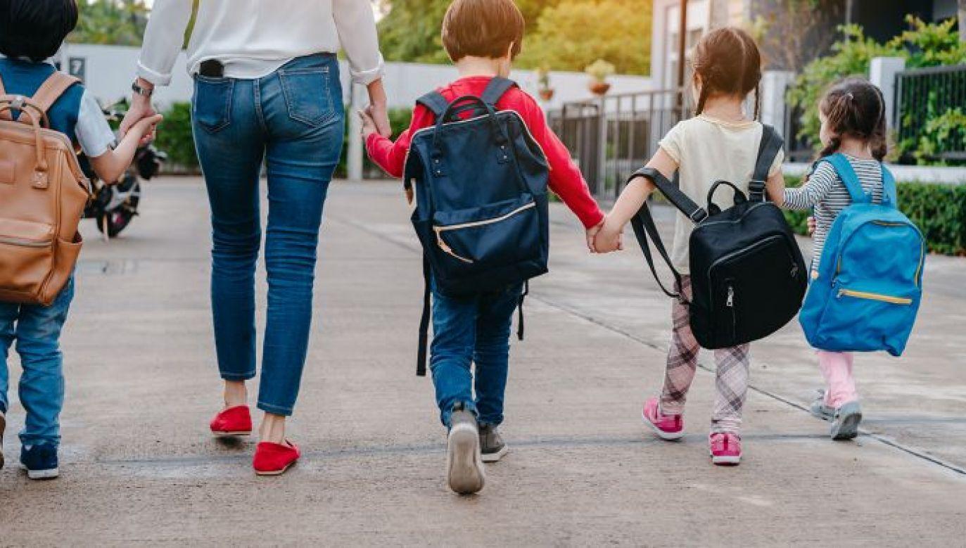 Matki, które posiadają co najmniej czwórkę dzieci będą miały prawo do minimalnej emerytury (fot. Shutterstock/Zodiacphoto)