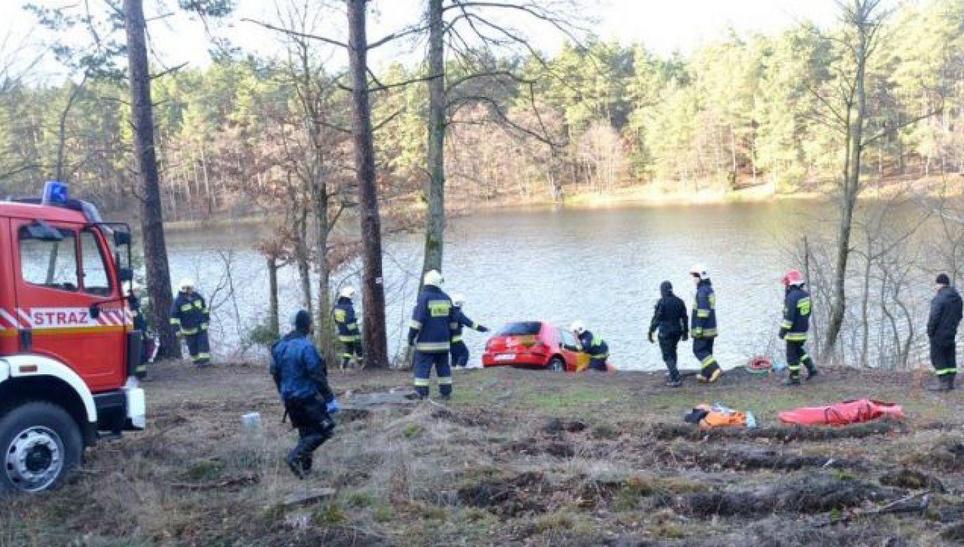 Policja podejrzewa, że kobieta stracić panowanie nad autem, a potem wjechała do jeziora (fot. KPP Starogard Gdański)