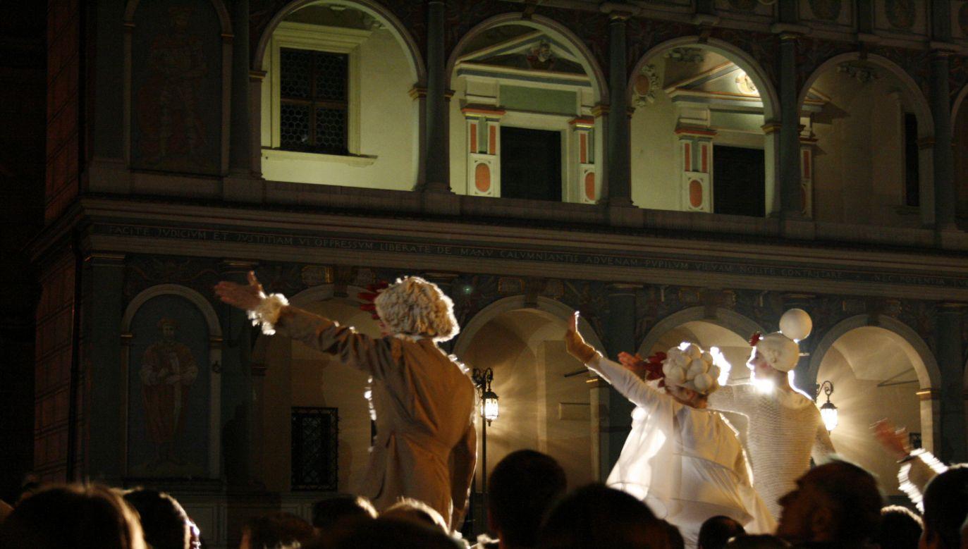 A theatrical performance taking place in Poznań. Photo: Flickr/annaspies