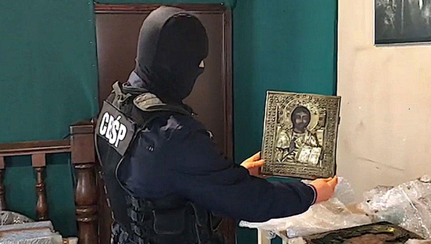 Policjanci z dziełami sztuki zabranymi paliwowym oszustom (fot. CBŚP)