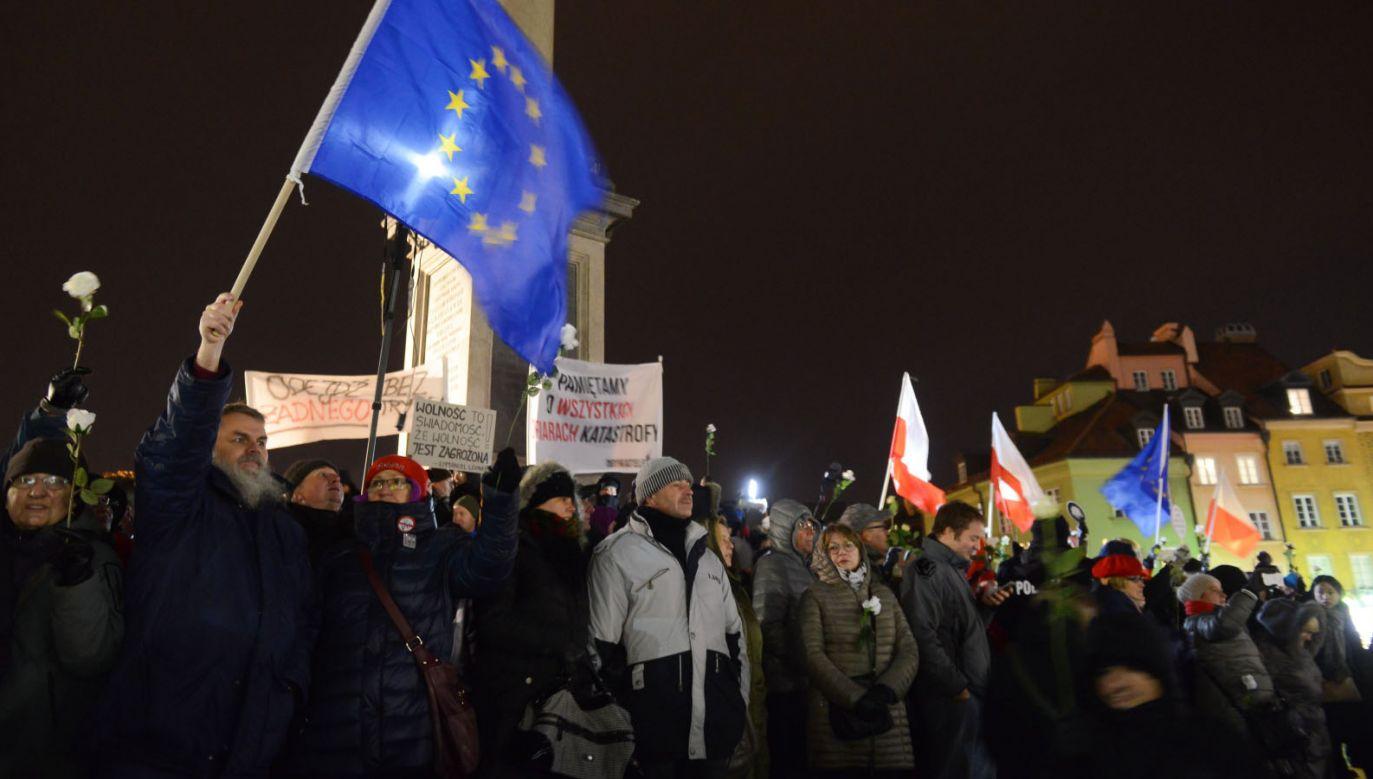 Kontrmanifestacja Obywateli RP na pl. Zamkowym w Warszawie (fot. PAP/Jakub Kamiński)