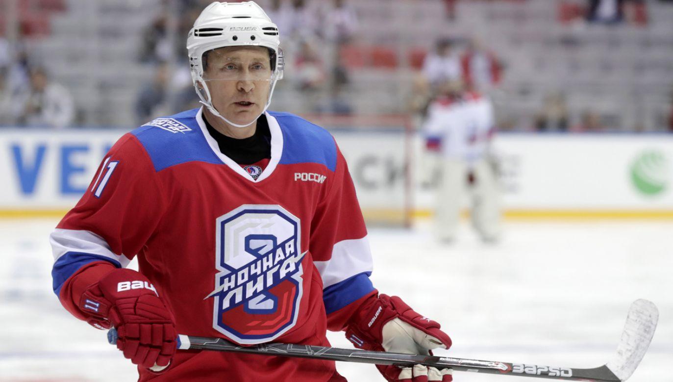Prezydent Putin  zagrał w Soczi w składzie drużyny Legendy Hokeja przeciwko reprezentacji Nocnej Ligi Hokejowej  (fot. Mikhail Metzel\TASS via Getty Images))