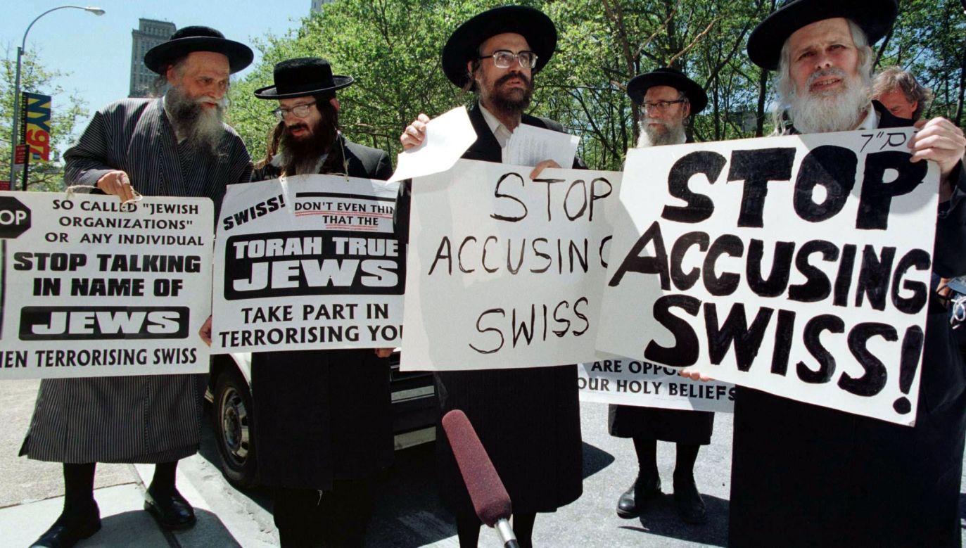 Amerykańscy ortodoksyjni Żydzi bronili Helwetów, argumentując, że ich państwo w czasie II wojny światowej było bezpiecznym schronieniem przez Holokaustem. Jednak Szwajcarię zmuszono nie tylko do oddania organizacjom żydowskim pieniędzy z kont bankowych ofiar Zagłady, ale też do zapłacenia w 1997 roku 1,25 mld dolarów odszkodowań. Fot. Reuters/Jeff Christensen