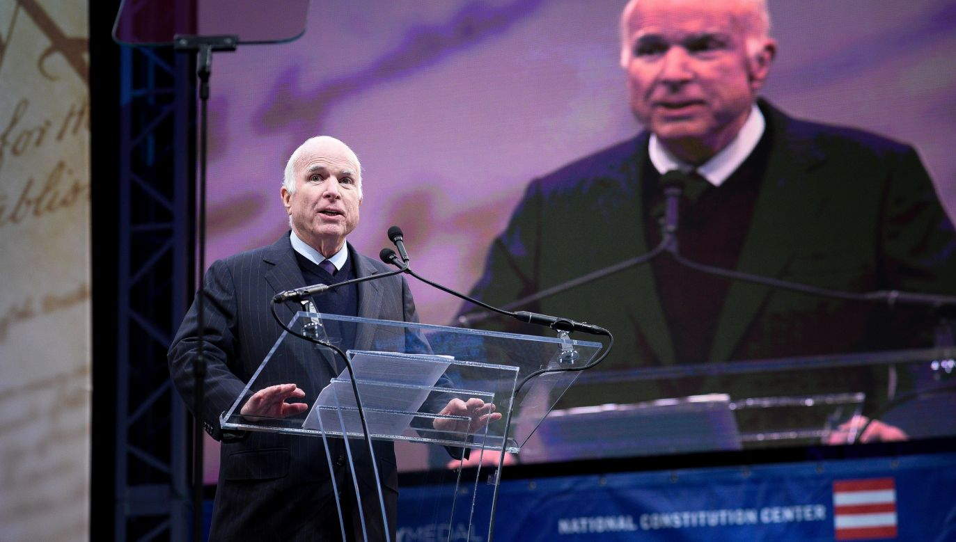 Senator John McCain w 2017 roku został nagrodzony Medalem Wolności. Uroczystość wręczenia odznaczenia odbyła się w Filadelfii. Fpt. REUTERS/Charles Mostoller