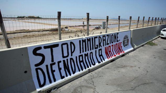 """Baner """"Stop imigracji. Brońmy narodu"""" w porcie Trapani we Włoszech (fot. PAP/EPA/Igor Petyx)"""