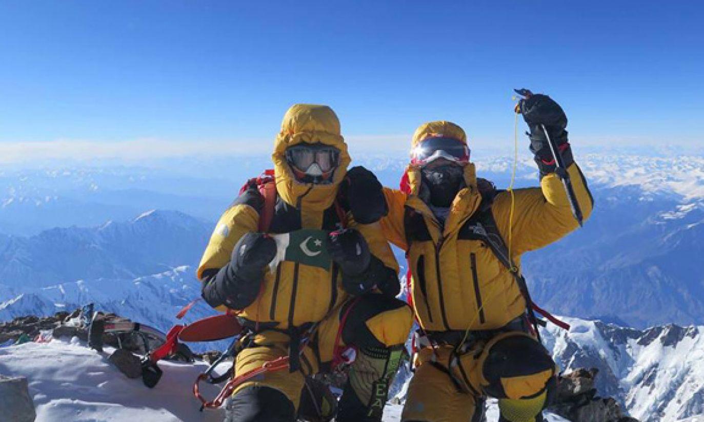 Ali Sadpara i Simone Moro na szczycie (fot. Facebook/Alex Txikon)