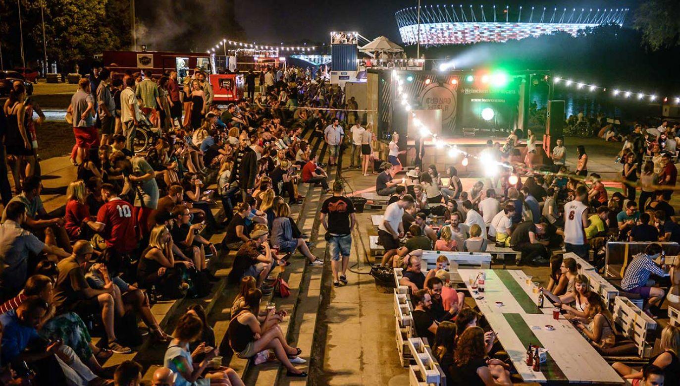 Klubokawiarnie na bulwarach wiślanych cieszą się dużą popularnością wśród mieszkańców stolicy (fot. arch. PAP/Jakub Kamiński)