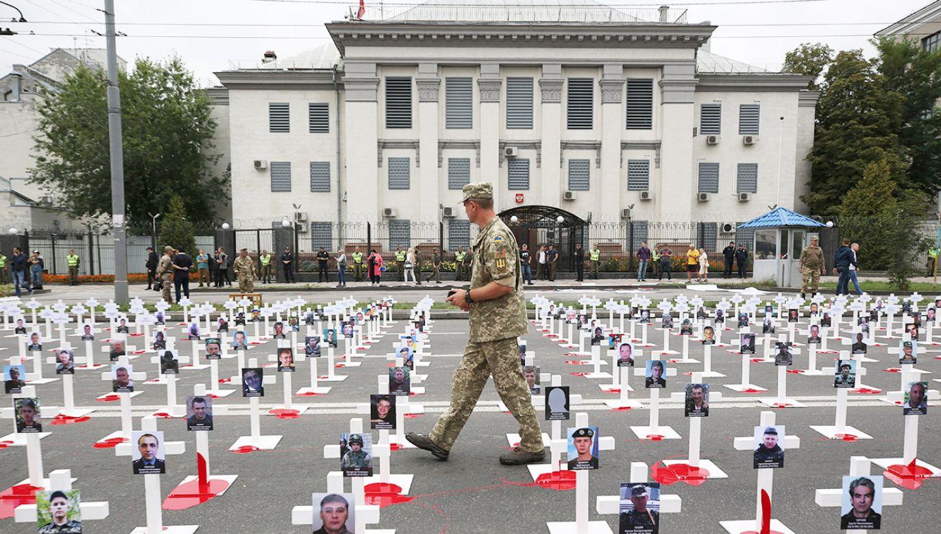 Plac przed ambasadą Rosji w Kijowie (fot. REUTERS/Serhii Nuzhnenko)