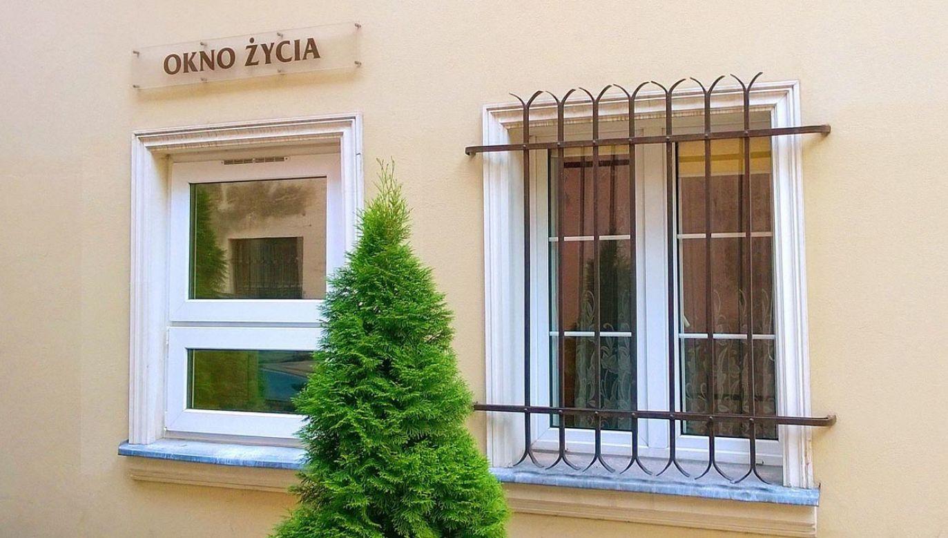 Na zdjęciu Okno Życia u Sióstr św. Elżbiety w Toruniu (fot. wikipedia.com/Mateuszgdynia)
